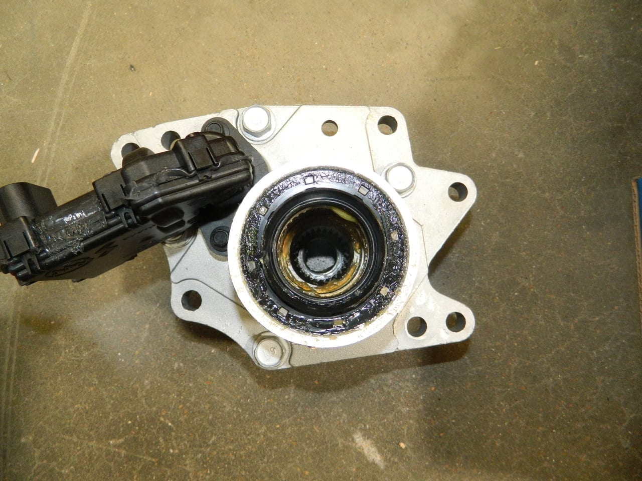 Trailblazer Envoy 2002-2009 4WD Front Axle Disconnect Actuator Oil Pan GM Chevy GMC OEM