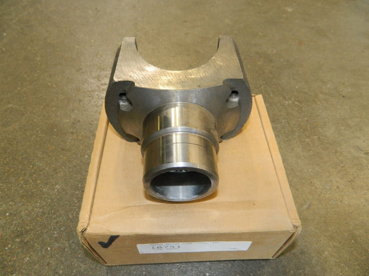 NV4500 GMC Chevy 2wd Mainshaft Yoke 1350 Series U-Joint