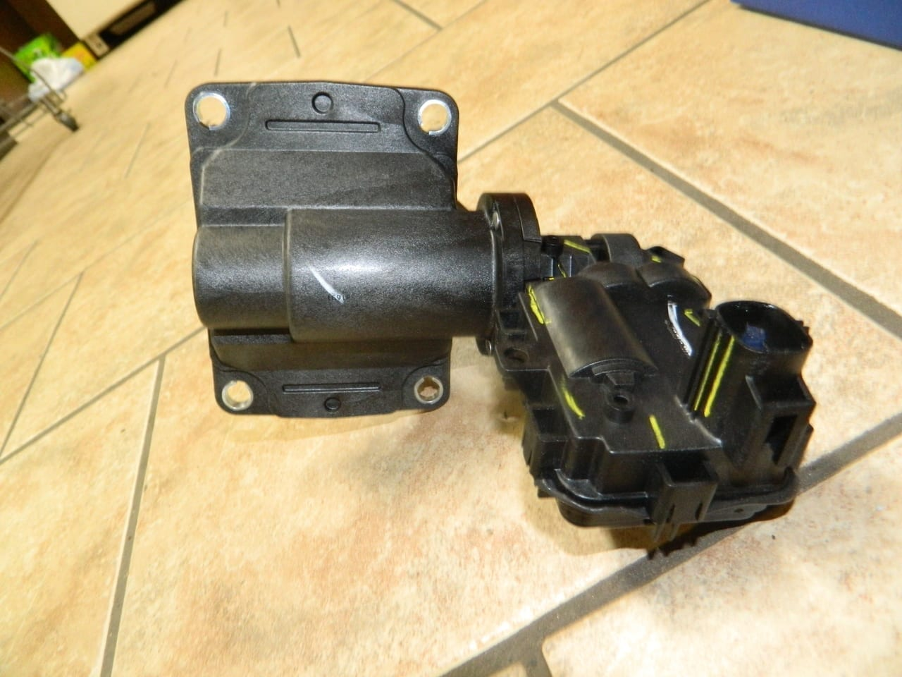 2014+ Dodge Ram 2500 3500 9.25  AAM 4X4 Front Axle Electric Disconnect Fork Assembly